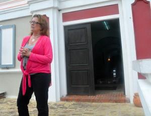 Curator Jennifer Smit voor het Curaçaosch Museum