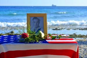 Donald V. Leetch (1921-2014) herdacht op de plek waar zijn USS Erie na een Duitse torpede-aanval verging - Foto: Dick Drayer