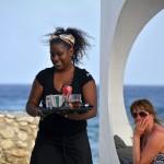 Marilu Leverock bedient vakantiegangers aan zee - foto: Dick Drayer
