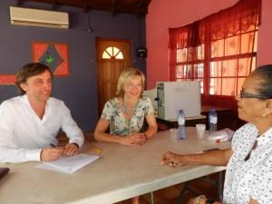 Flora Molina in gesprek met de vertegenwoordigers van de Nationale Ombudsman - foto: Belkis Osepa
