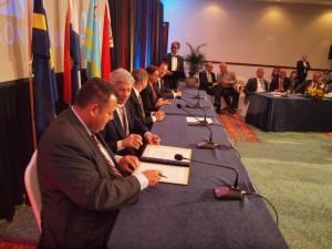 De delegatieleiders ondertekenen de slotverklaring van de Koninkrijksconferentie. Foto: Ariën Rasmijn