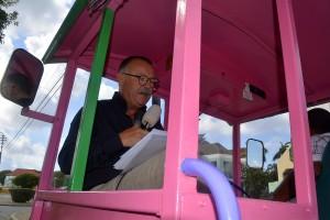 Ko van Gemert leest voor op de roze Willemstad trolley
