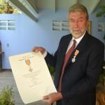 mr. Rob Blaauw met zijn onderscheiding - Foto: Dick Drayer