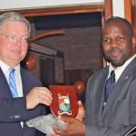 Wilbert Stolte, die op Sint Eustatius afscheid heeft genomen als Rijksvertegenwoordiger, ontvangt een afscheidscadeau uit handen van gezaghebber Gerold Berkel - foto: Anneke Polak