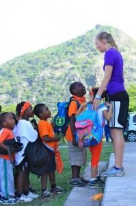 Gymlerares Janine Douma met de enthousiaste schoolkinderen - foto: Anneke polak