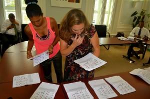 Mirjam de Rijk (r) inspecteert een aantal stembiljetten