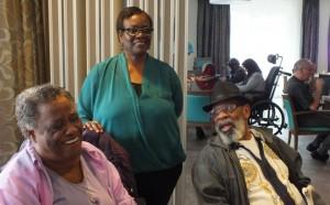 Gilda Leonora (midden) met twee ouderen in De Beukelaar - foto: Jamila Baaziz