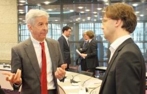 Minister Plasterk in gesprek met Ronald van Raak (SP) - foto: Jamila Baaziz