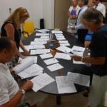 Leden van het  stembureau sorteren de uitgebrachte stemmen. Foto Today / Hilbert Haar