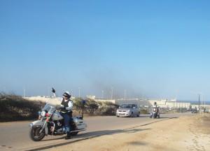 Gemotoriseerde agenten sturen toegestroomde pottenkijkers en pers uit de buurt van de KIA. Foto: Ariën Rasmijn