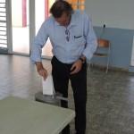 Peter van de Mosselaar, kandidaat voor de nieuwe lijst 'ikkiesvooreerlijk.eu' brengt zijn stem uit - foto: Extra Bonaire