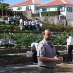 Gedeputeerde Chris Johnson bij de organoponics tuin - foto: Saba Reach Foundation