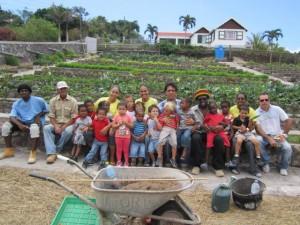 Kinderen bezoeken de organoponics tuin - foto: Saba Reach Foundation