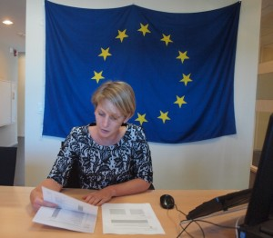 VNO-chef Tanja Timmermans leest de uitslag van de stemming op Aruba voor. Foto: Ariën Rasmijn