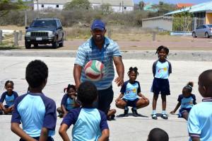 Ex-profhonkballer Dennis Neuman sport met de kinderen van Terá Kòrá | Foto: Dick Drayer