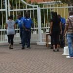 Bezoekers worden gecontroleerd voor aanvang van de pro-forma zitting in juni - foto: Extra Bonaire