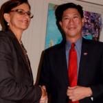 Partijleider Wescot-Williams verwelkomt Emil Lee - foto: Today / Leo Brown