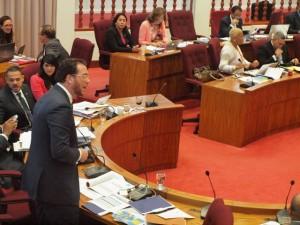 Minister Yrausquin tijdens het nog lopende debat voor de begroting van 2014. Foto: Ariën Rasmijn