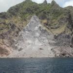 De verandering van kleur en  ligging van de rotsen kan duiden op vulkanische activiteit