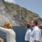 Gedeputeerde van Milieu Chris Johnson is van de week poolshoogte gaan nemen bij de aardverschuiving - foto: Government Information Service