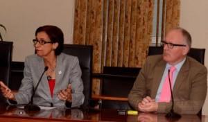 Minister-President Wescot-Williams en Minister van Buitenlandse Zaken Timmermans tijdens de persconferentie in Philipsburg - foto Today / Leo Brown