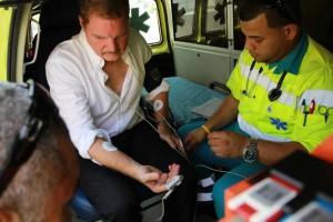 Premier Eman wordt ambulancepersoneel gecontroleerd in een ambulance dat constant standby staat naast zijn tent bij Fort Zoutman  foto: Buzo