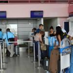 Passagiers wachten bij het inchecken op Flamingo Airport - foto Belkis Osepa