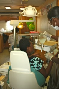 Prachtige glimlach na bezoek aan de tandartsbus - foto: Anneke Polak