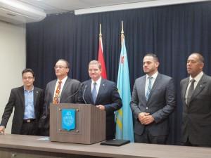 Premier Mike Eman, gisteren tijdesn de persconferentie , geflankeerd door collega-ministers Schwengle, De Meza, Croes en Sevinger. Foto: Ariën Rasmijn