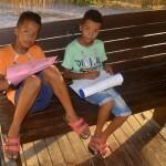 Justin & Jaylen (9) maken weer huiswerk - foto: Dick Drayer