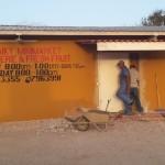 Een deur van de supermarkt wordt beter beveiligd  Foto Aimed Ayubi