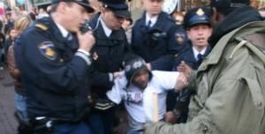 Quinsy Gario bij arrestatie demonstratie tegen zwarte Piet - foto: Siri Venning