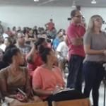 Ex-studenten staan in de rij om vragen te stellen (foto: Elisa Koek)