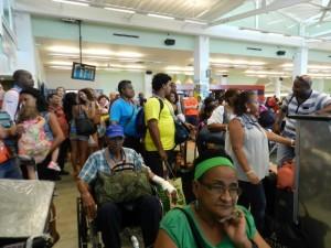 Passagiers wachten op informatie terwijl hun vlucht flink vertraagd is - foto: Belkis Osepa