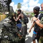 Jongeren nemen een kijk bij de militairen Foto Belkis Osepa