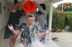 Ook oud-premier Gerrit Schotte deed mee aan de Ice Bucket Challenfe - foto: Facebook Gerrit Schotte