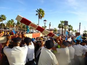 Politie bezig met de barricades - foto: Ariën Rasmijn