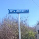De overheid is vanaf juni bezig met naambordjes plaatsen in straten die geen naam hadden (foto: Elisa Koek)