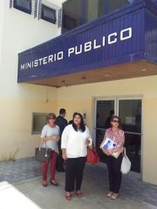 Leden van de MEP-fractie bij de ingang van het OM. Foto: Ariën Rasmijn
