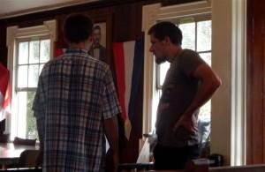Vladimir Makarenko (links) en Taras Vakarchuk in dre rechtszaal - foto: The Daily Herald / Althea Merkman