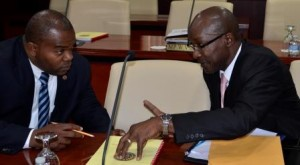 Christopher Emmanuel (links) in gesprek met National Alliance fractiegenoot George Pantophlet. Foto Today / Leo Brown