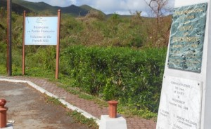 Voorlopig blijft het welkom-bord bij de Nederlands-Franse grens op Sint Maarten staan. Foto Today / Hilbert Haar