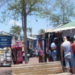 Souvenirkraampjes rondom Plasa Nobo - foto: Jose