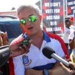 UP-leider Theo Heyliger wordt belaagd door journalisten - foto: Today / Hilbert Haar