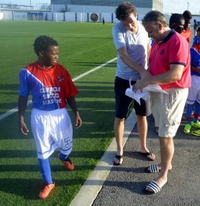 Henny Lee (r), scout van FC Utrecht, bespreekt talent