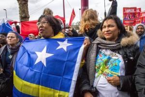 Twee Curaçaose en Arubaanse vrouwen uiten hun zorgen bij een manifestatie in Amsterdam over racisme in Nederland (archief) - foto: John Samson