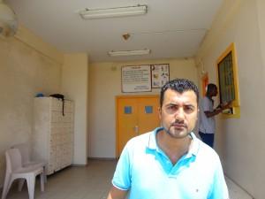 Özcan Akyol voor de poort van gevangenis KIA. Foto: Ariën Rasmijn