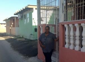 Shanny voor het huis waar ze is opgegroeid in Seru Fortuna - foto: Leoni Leidel-Schenk