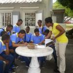 Leerlingen van 2-Vsbo doen hun best tijdens de speurtocht over Curaçaose kunst (foto's: Elisa Koek)