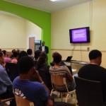 Studenten luisteren naar Calvin Mardembrough tijdens de studiebeurs - foto: Hazel Durand